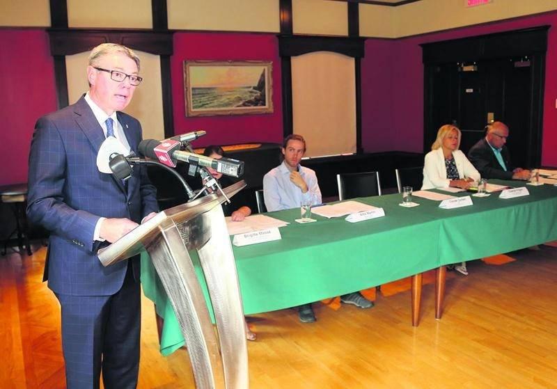 Le maire Claude Corbeil s'est à nouveau adressé aux médias mardi. Photo Robert Gosselin | Le Courrier ©