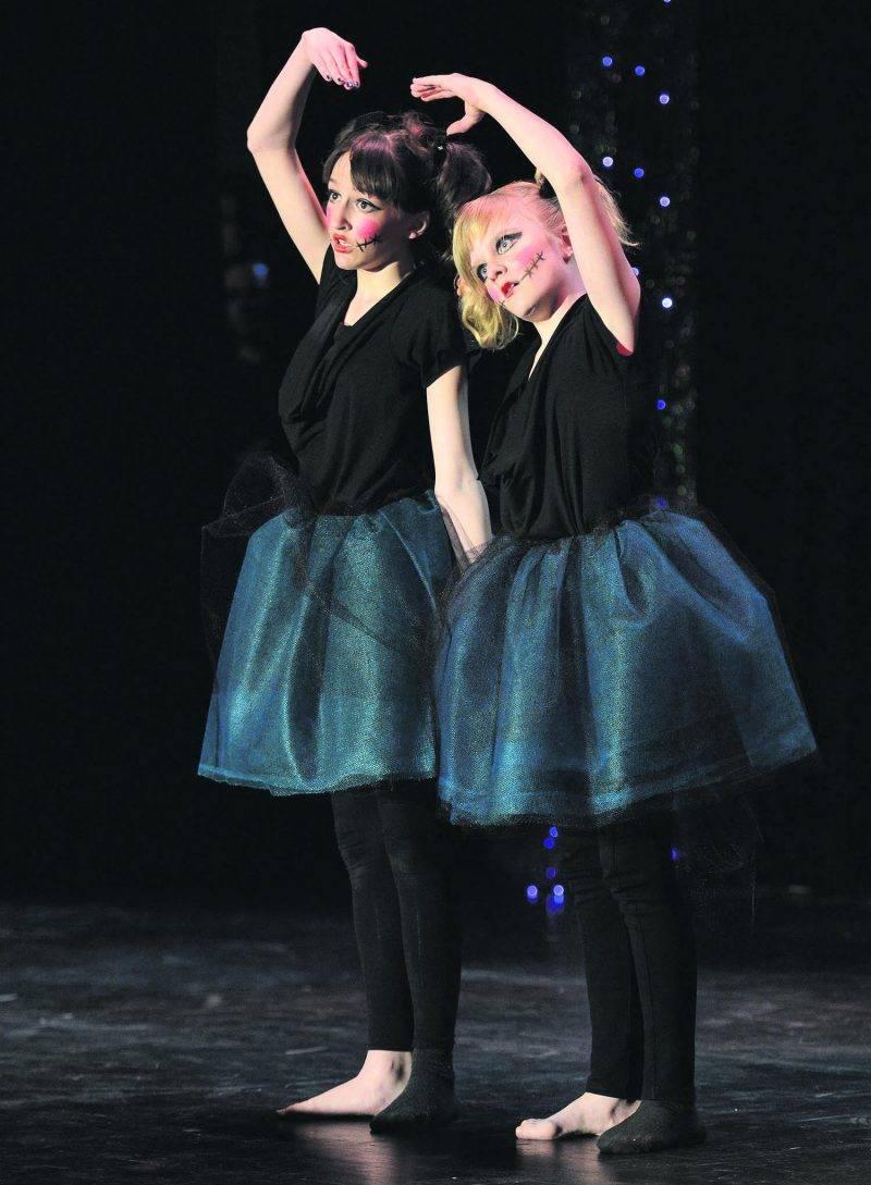 Victoria Laberge et Élyanne Leclerc : les deux petites poupées diaboliques de l'école Assomption de Saint-Hyacinthe. Photo François Larivière | Le Courrier ©