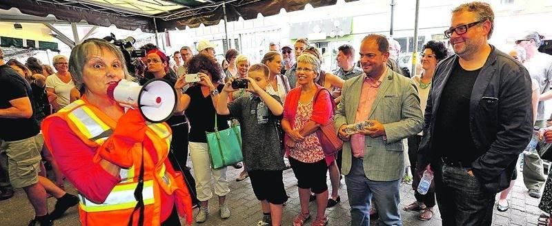 Plus de 300 personnes s'étaient déplacées pour assister à l'inauguration d'Orange, l'évènement d'art actuel de Saint-Hyacinthe. Photo Robert Gosselin | Le Courrier ©