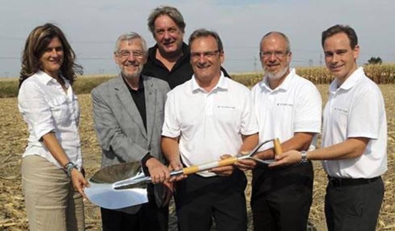 On a procédé à la traditionnelle pelletée de terre dans le parc Théo-Phénix qui accueillera prochainement l'entreprise Techno-Fab.
