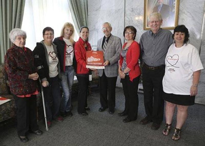 Sur la photo, de gauche à droite, Louisette Dubois, Ginette Beaulieu, Suzanne Lymburmer, Jacynthe Daigle, directrice de l'association de la SP Saint-Hyacinthe-Acton; le maire Claude Bernier, Lyne Rodier, Jacques Provencher, président de l'association de la SP; et Chantal Girard.