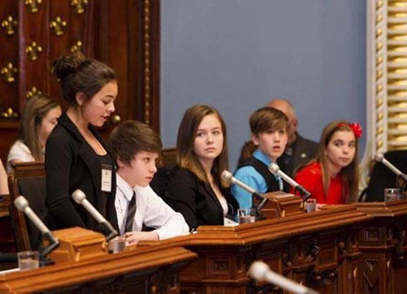 Les jeunes débattent dans la salle de l'Assemblée nationale.