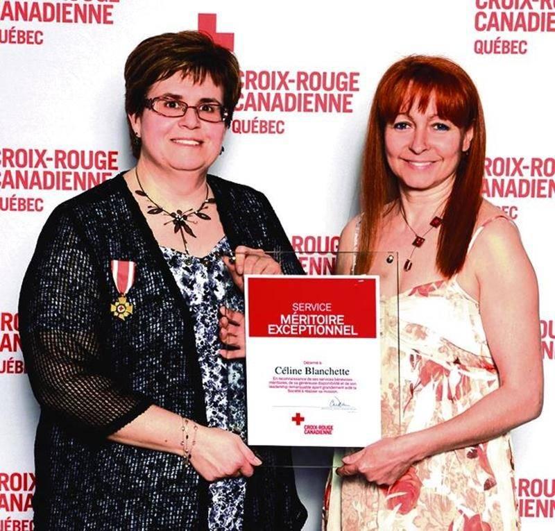 Céline Blanchette, bénévole Croix-Rouge à Saint-Hyacinthe, en compagnie de Mylène Turcotte, présidente du Conseil du Québec de la Croix-Rouge canadienne.