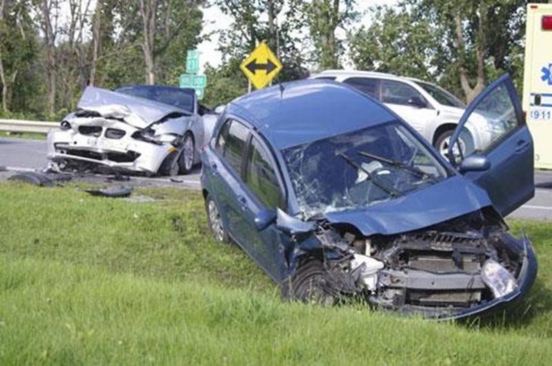 Une collision frontale a fait deux blessés le 2 août sur la route 231 à l'intersection du rang Saint-Simon à Saint-Hyacinthe. « Deux hommes ont été transportés au Centre hospitalier Honoré-Mercier pour y soigner des blessures mineures », indique la sergente Ingrid Asselin, porte-parole de la SQ. L'impact est survenu alors que le premier véhicule, circulant sur la route 231 en direction de Saint-Hyacinthe, a voulu tourner à gauche pour prendre le rang Saint-Simon, en dépassant un camion qu'il sui
