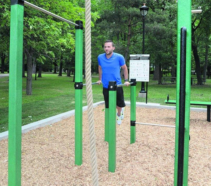 Le nouveau parcours d'entraînement, qui s'adresse aux 13 ans et plus, propose neuf stations d'exercice. Sur la photo: le kinésiologue Dave McQuillen. Photo François Larivière | Le Courrier ©