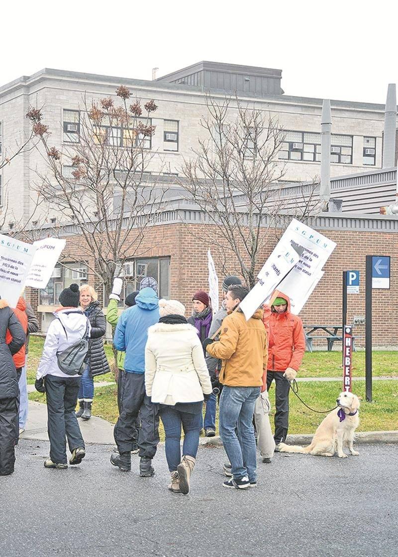 Une ligne de piquetage observée lors de l'une des journées de grève tenues par les cliniciens de la FMV à l'automne 2016.  Photothèque   Le Courrier ©