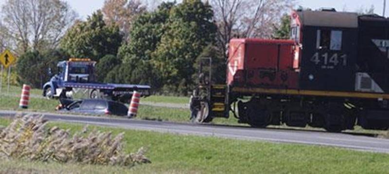 Le conducteur d'une fourgonnette a eu une petite frousse le 18 octobre alors que son véhicule s'est retrouvé dans le terre-plein de l'autoroute 20 à la hauteur de la sortie 130, à proximité de l'endroit où une voie ferrée traverse l'autoroute. Au même moment, un convoi de marchandises passait dans le secteur, comme on peut l'observer sur la photo. Le conducteur n'a subi que des blessures mineures. Plus de peur que de mal dans son cas.