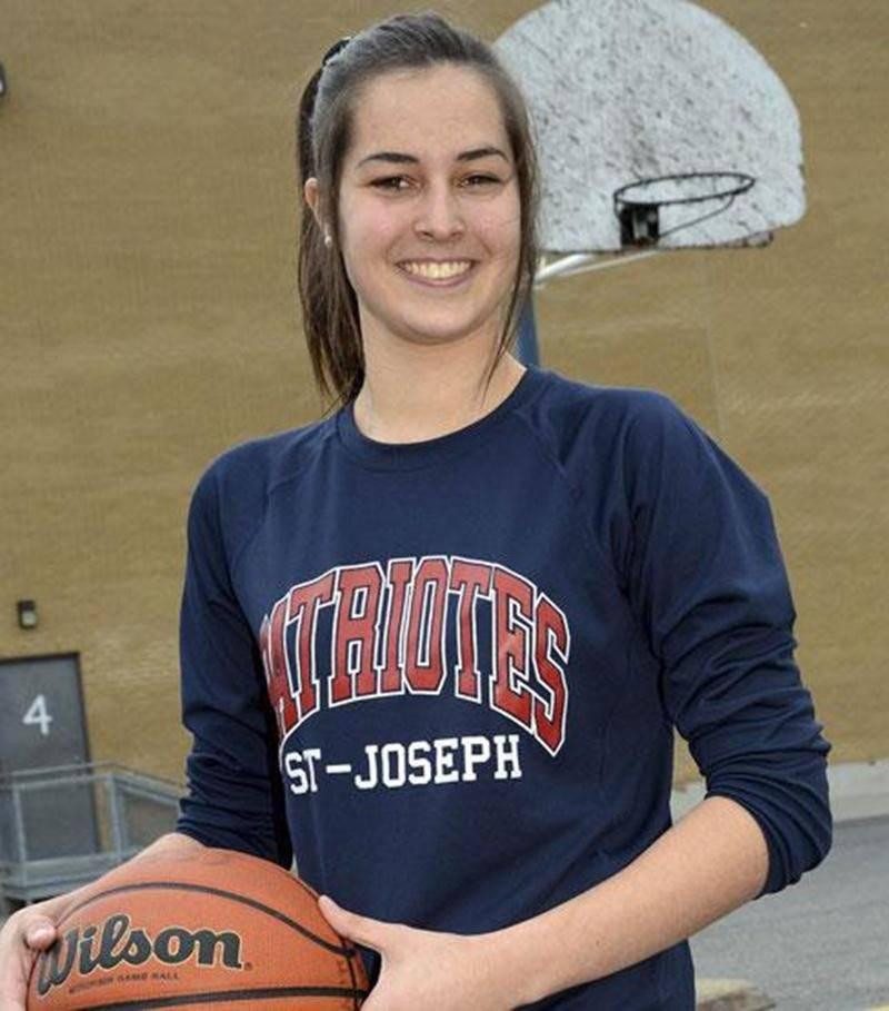 Malgré sa blessure au genou, la joueuse de basketball Lysanne Lavallée a su développer ses habiletés au sein de l'équipe des Patriotes de l'École secondaire Saint-Joseph.