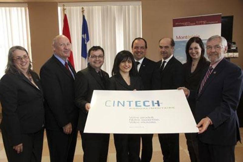 Au centre de la photo, la directrice générale de Cintech agroalimentaire, Fadia Naim est heureuse de recevoir une aide financière du gouvernement fédéral.