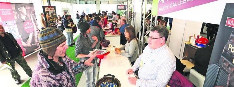 Les chercheurs d'emploi ont fait la file devant les kiosques des nombreuses entreprises qui ont participé à la Journée de l'emploi. Photo Robert Gosselin | Le Courrier ©