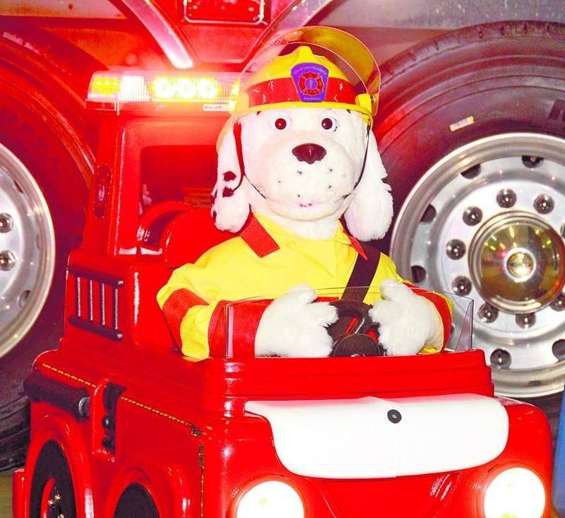 Un concours a été lancé auprès des élèves de la maternelle, première année et deuxième année des écoles maskoutaines pour trouver un nom au nouveau chien robot du Service de sécurité incendie de Saint-Hyacinthe. Photo François Larivière | Le Courrier ©