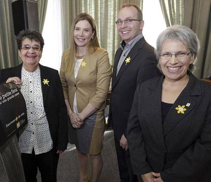 De gauche à droite : Ginette Comtois, agente de développement de la SCC; Dre Lise Faucher, présidente d'honneur du Mois de la jonquille; Pascal Milotte, président du comité de bénévoles de la SCC secteur Saint-Hyacinthe et Brigitte Sansoucy, suppléante du maire Claude Corbeil.