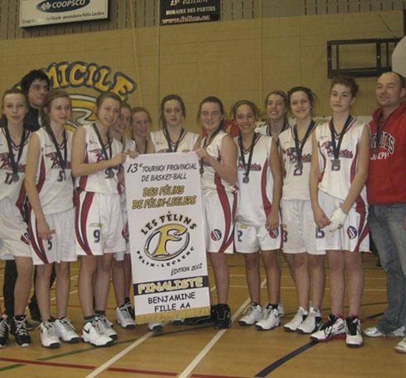 L'équipe féminine de basketball de l'École secondaire Saint-Joseph a décroché sa troisième bannière de la saison, en classe benjamin AA, en atteignant la finale du tournoi provincial de Repentigny, qui avait lieu du 3 au 5 février. L'équipe dirigée par Jonathan Morin et Nicolas Jauvin a connu un beau parcours en remportant ses trois premiers matchs au compte de 36-31 contre l'École Mont Saint-Sacrement (Québec), 46-24 contre l'École Père-Mariste (Québec) et 38-37 contre l'École Félix-Leclerc (Re