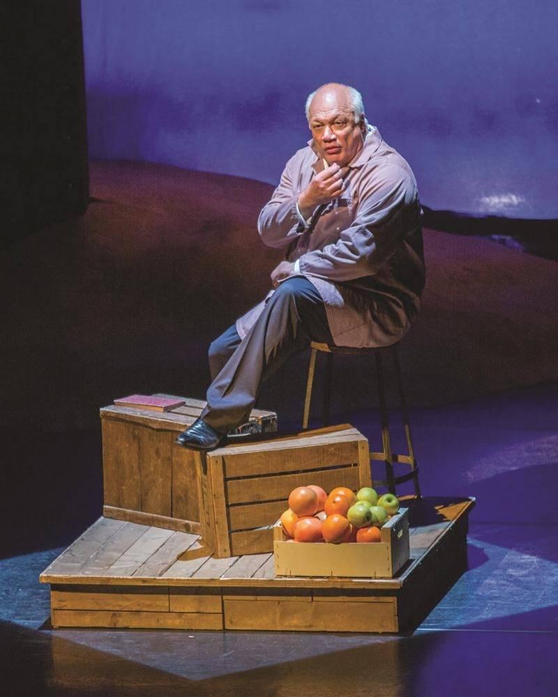 L'auteur francophone Éric-Emmanuel Schmitt prend les traits, la voix et l'attitude d'un vieil épicier arabe dans la pièce de sa plume, Monsieur Ibrahim et les fleurs du Coran qu'il interprète seul sur scène.