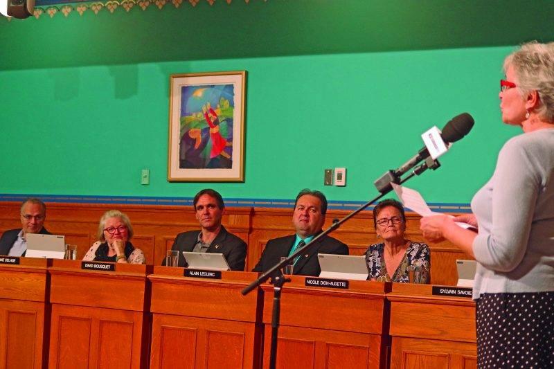 Marie-Claude Delisle a pris la parole devant le conseil au nom du « Conseil des Sagouines ». Photo Dominique St-Pierre