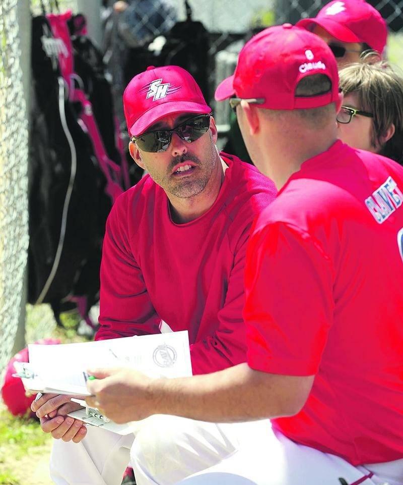 Les entraîneurs apprennent à connaître leurs nouveaux joueurs afin de former leur alignement. Photo Robert Gosselin   Le Courrier ©