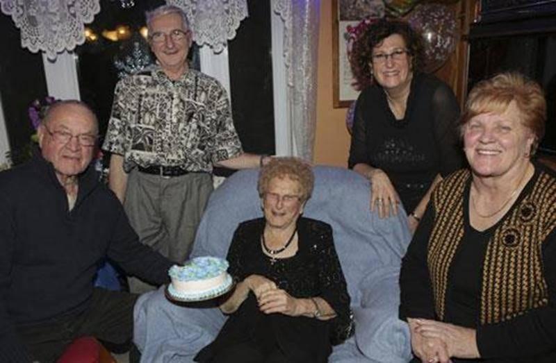 Thérèse Deslauriers est née le 8 décembre 1913 à Sainte-Madeleine. Avec son mari Ozias Guillet, ils ont eu une fille (Pierrette) et un fils (Pierre). Mme Deslauriers a travaillé à la cabane à sucre Tétreault où elle était très appréciée des clients. Sur la photo, Mme Deslauriers est entourés de Claude Poirier, Hervé Beaupré, Louise Anne Bouffard et Madeleine Beauchemin.