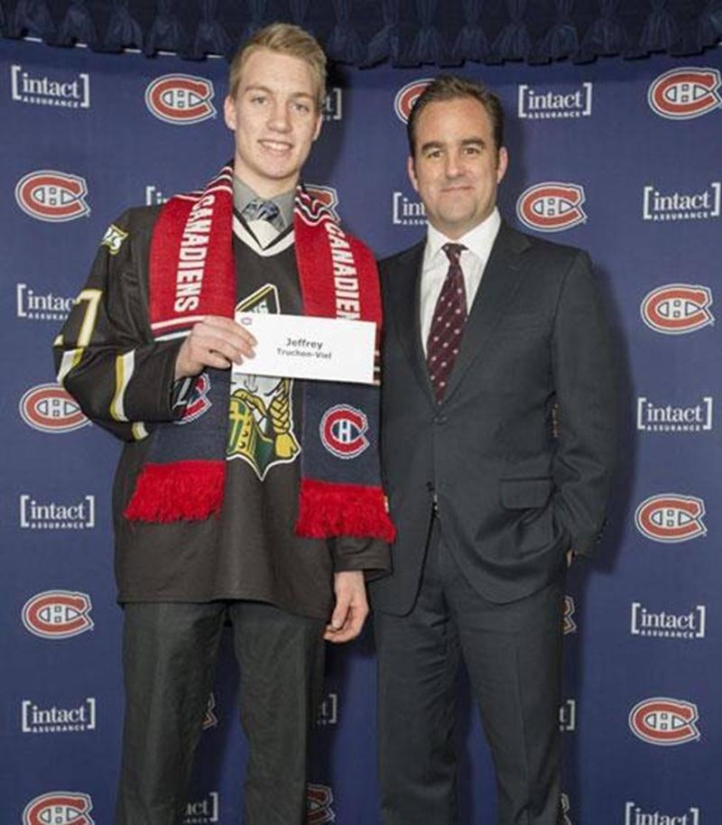 Le capitaine des Gaulois d'Antoine-Girouard, Jeffrey Truchon-Viel, a reçu une bourse d'excellence académique de la part de l'organisation du Canadien de Montréal, une bourse de 1 500$. L'athlète maskoutain de 17 ans a maintenu une moyenne générale de 87% lors de la première étape scolaire, obtenant entre autres des résultats de 97% en physique et 90% en chimie. En 42 parties, il a inscrit 22 buts et amassé 23 aides pour un total de 45 points. On le voit en compagnie du président du CH, Geoff