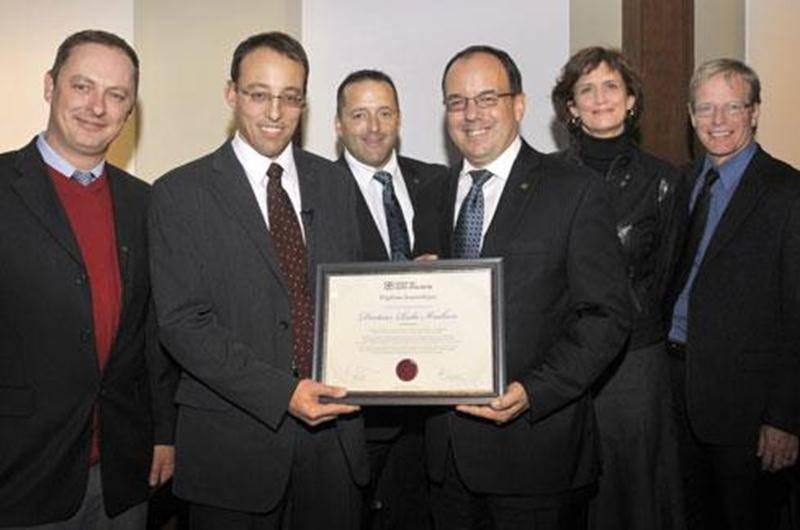 Le cardiologue Réna Ibrahim a reçu un diplôme honorifique du Cégep de Saint-Hyacinthe qui souhaitait souligner le parcours professionnel inspirant de son ancien étudiant. On le reconnaît, entouré de l'équipe de direction du collège.