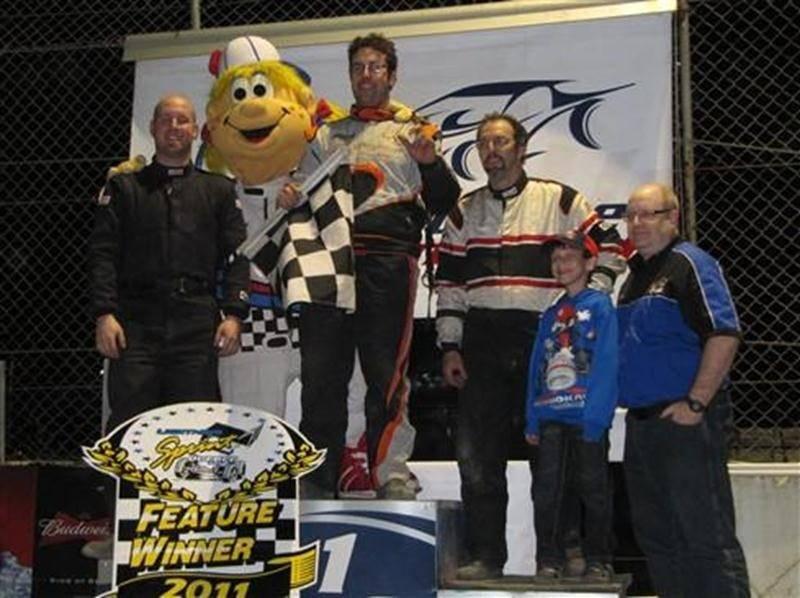 Le Maskoutain Simon Couture (au centre sur la photo), champion en 2009 et 2010 de la série <em>Lightning Sprint Québec</em>, a enlevé la première manche du calendrier 2011, samedi, à l'autodrome de Drummondville. Le champion en titre a démontré une patience à toute épreuve en s'emparant de la tête en fin de parcours. Il a devancé Guillaume Nerderer et Yves Girard à la ligne d'arrivée. La prochaine course de la série aura lieu ce samedi, au RPM Speedway de Saint-Marcel.