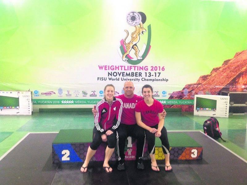 Les trois membres de la Machine Rouge au championnat mondial universitaire : Rachel Leblanc-Bazinet, l'entraîneur Yvan Darsigny et Tali Darsigny. Photo Courtoisie