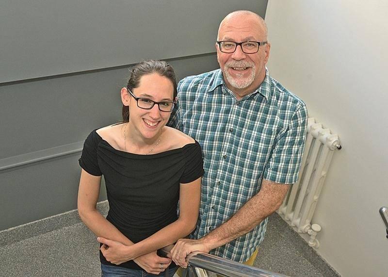 Jessica Grenon et Dominique Gauvreau, du JAG, sont fiers du progrès de la lutte contre l'homophobie dans la région depuis 20 ans, mais font maintenant face au défi du manque de ressources pour les personnes trans. Photo François Larivière | Le Courrier ©