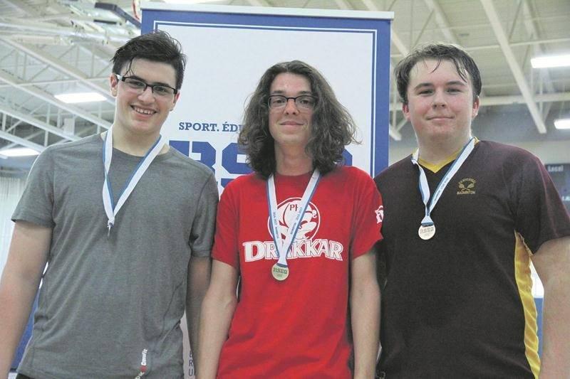 Samuel Desroches (au centre), de la Polyvalente Hyacinthe-Delorme, a battu Keven Beauregard (à gauche), de l'école secondaire Fadette, en finale du simple juvénile au championnat régional de badminton pour se qualifier pour le championnat provincial.  Photo Courtoisie RSEQ Montérégie