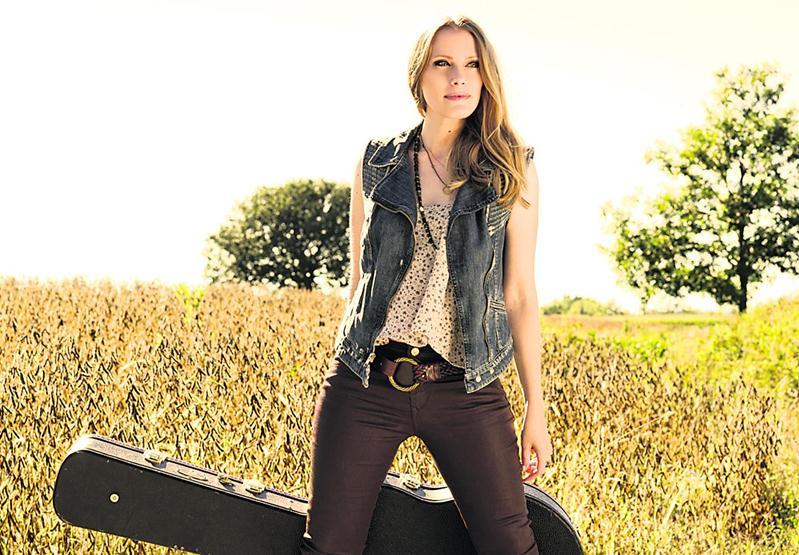 Annie Blanchard poursuit la route des festivals pour présenter son nouvel album Retrouver l'horizon.