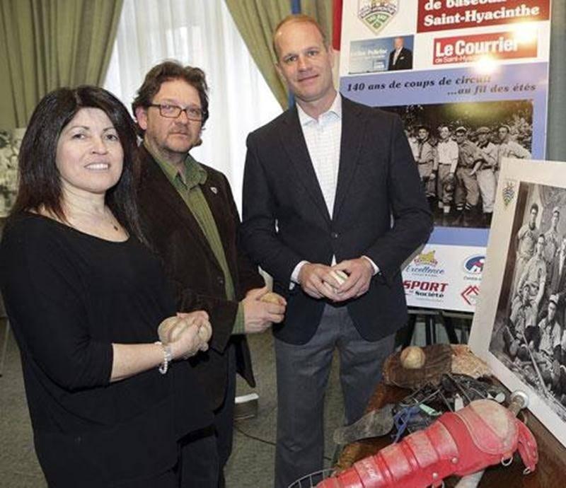 Sur la photo, Suzanne St-Pierre, présidente de Baseball Saint-Hyacinthe, Paul Foisy, historien du sport, et Marc Griffin, président d'honneur des festivités du 140 e anniversaire du baseball à Saint-Hyacinthe.