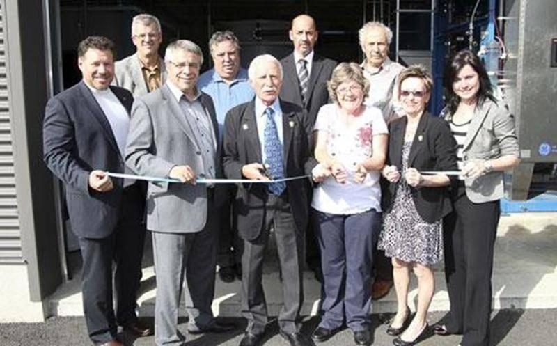 Le maire de Saint-Liboire, Denis Chabot (à droite), est très heureux de la nouvelle usine d'eau potable de la municipalité. On le voit ici au moment de l'inauguration de la station en compagnie d'Yves Beaulieu, l'ingénieur de la firme Consumaj qui a supervisé l'ensemble du projet.