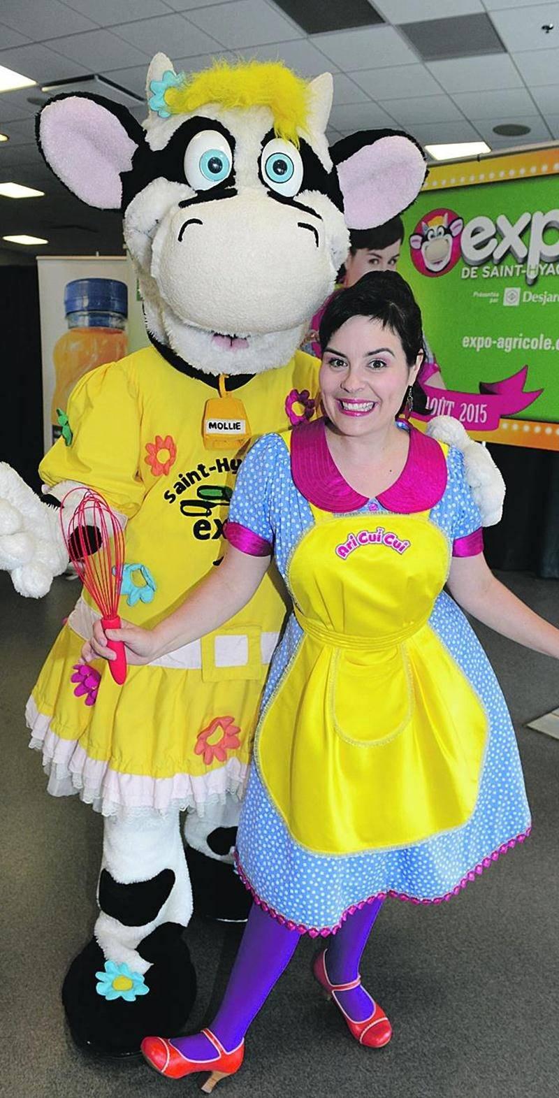 Pour une deuxième année, Ari Cui Cui est la porte-parole de l'Expo de Saint-Hyacinthe. La journée du dimanche 26 juillet sera entièrement consacrée à l'artiste jeunesse. Sur la photo, elle pose en compagnie de Mollie, la mascotte de l'exposition agricole. Expo de Saint-Hyacinthe