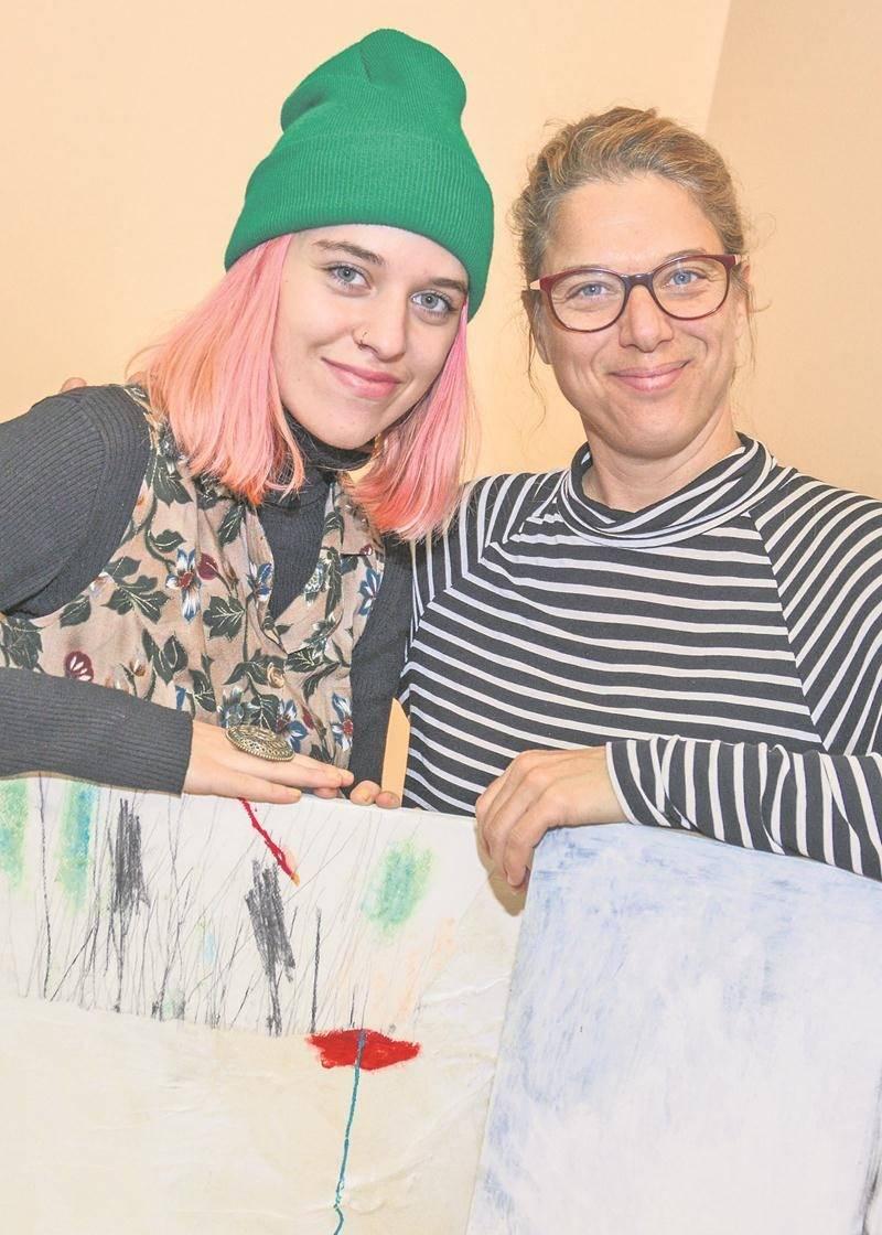 Brigitte Cordeau, à droite, n'a que de bons mots pour sa nièce Karolanne Solis. « Elle est très talentueuse. L'art, c'est vraiment viscéral pour elle! » Photo François Larivière   Le Courrier ©