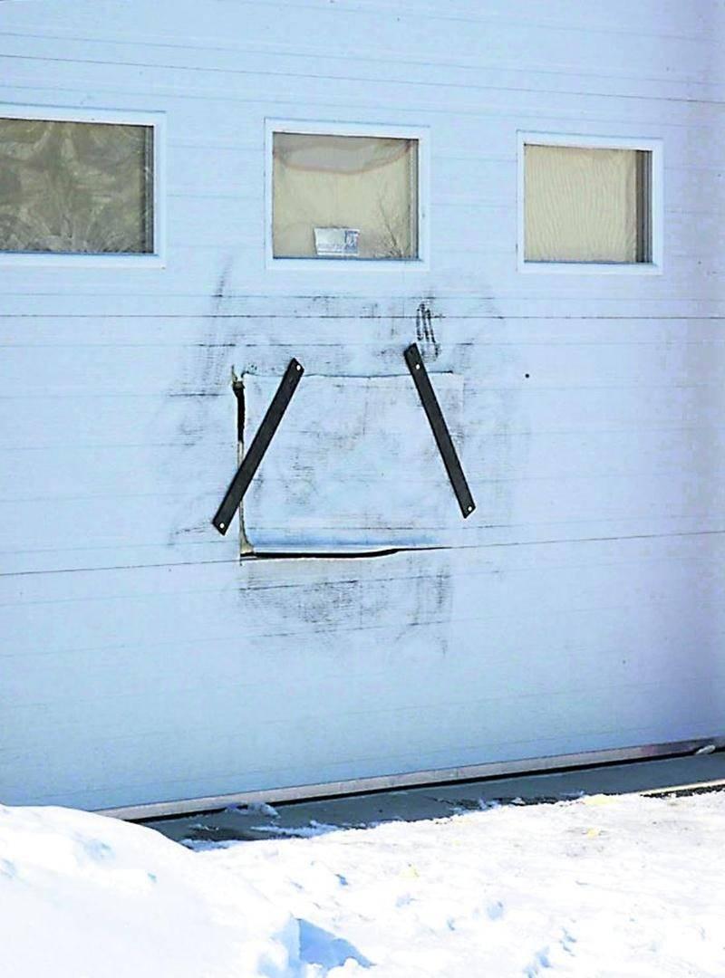 Le trou fait par les voleurs dans la porte de garage de l'entrepôt de Quartz Nature a été bouché. Photo François Larivière | Le Courrier ©