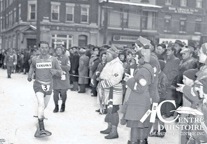 Bien positionné devant le marché, le photographe Raymond Bélanger réalise cette photographie de Gérard Côté lors du Marathon de Saint-Hyacinthe, en 1948. Photo Collection Centre d'histoire de Saint-Hyacinthe, CH548.