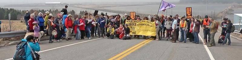Image tirée du documentaire Pipeline, pouvoir et démocratie où l'on assiste au départ de la Marche des Peuples pour la Terre Mère, partie au port de Gros-Cacouna en mai 2014.Office national du film du Canada