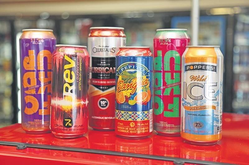 Quelques boissons qui pourraient être définitivement retirées des dépanneurs et des épiceries si le projet de loi 170 est appliqué tel que proposé par le ministre de la Sécurité publique, Martin Coiteux. Photo Robert Gosselin | Le Courrier ©