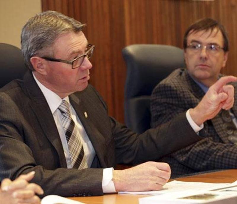 Le maire de Saint-Hyacinthe, Claude Corbeil, en compagnie du directeur général, Louis Bilodeau, au cours du point de presse de mardi sur le budget 2014.