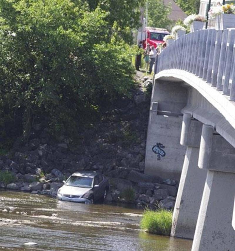 Une voiture stationnée en bordure d'un commerce, à l'intersection de la rue St-Pierre et du pont Barsalou, a fait une saucette dans la rivière Yamaska, le samedi 30 juin. Le frein à main n'avait vraisemblablement pas été enclenché lorsque la voiture a lentement roulé vers la pente abrupte descendant à la rivière. Heureusement, il n'y avait personne à bord du véhicule et personne, non plus, sur la rive quelques mètres plus bas. Les policiers de la Sûreté du Québec ont fait appel à un remorqueur p