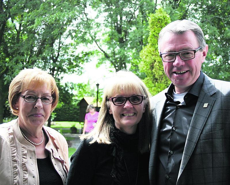 Sur la photo on reconnaît Claude Corbeil en compagnie de son épouse, Suzanne Lépine, et de sa mère, Claudette Corbeil.