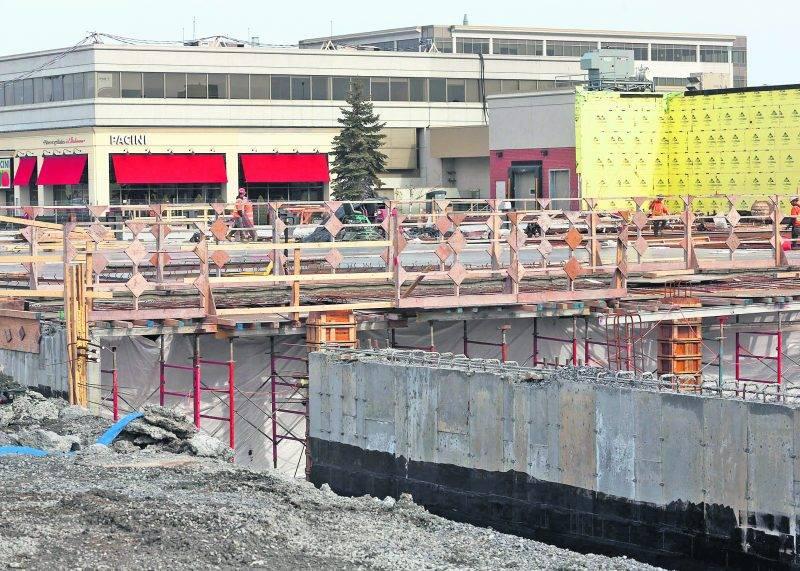 Le chantier du Centre des congrès et de son hôtel a fait de 2016 une année record dans la construction à Saint-Hyacinthe. Photo Robert Gosselin - Le Courrier