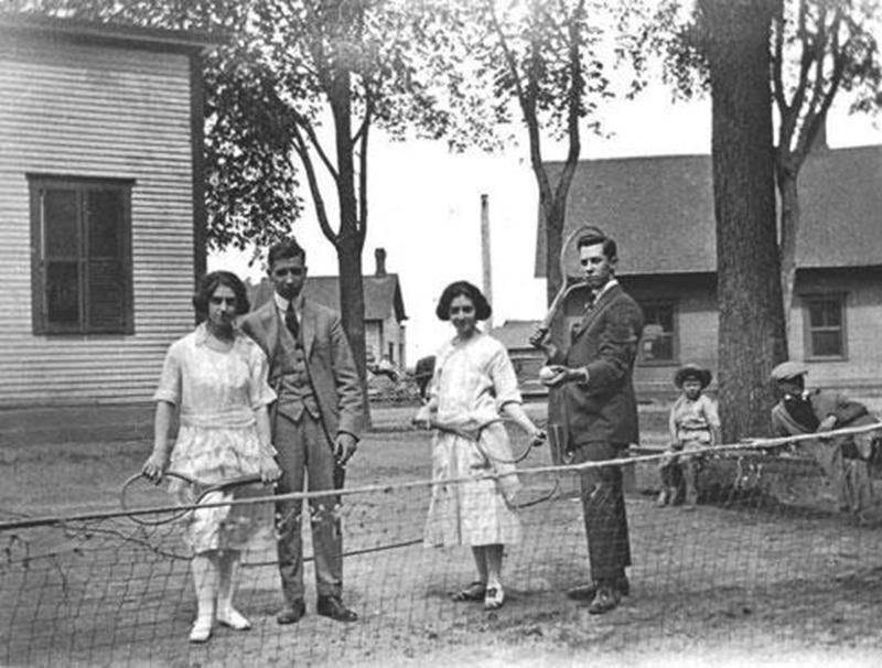 Des joueurs de tennis au cours des années 1920. Archives CHSH.
