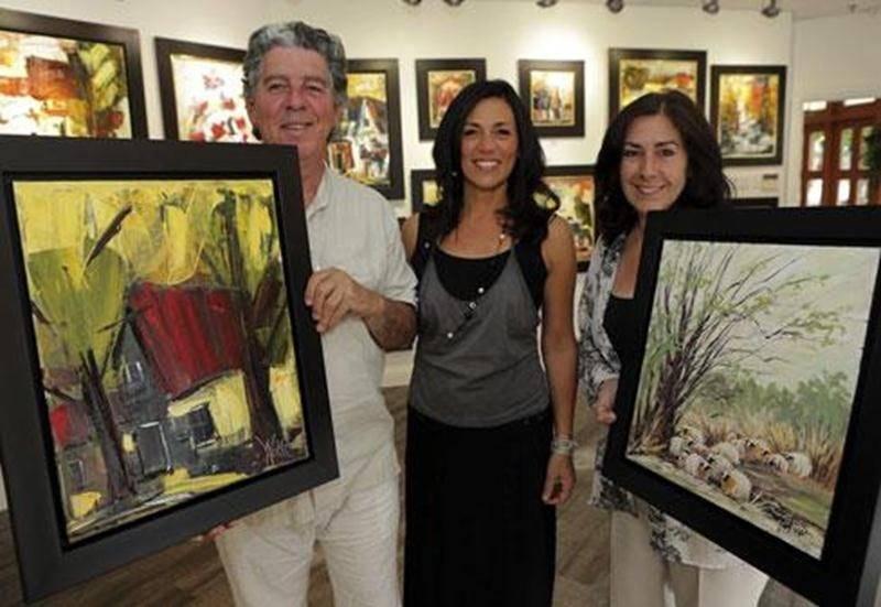 Manon Tétreault, artiste peintre et propriétaire d'O en art (au centre) est fière d'accueillir les nouvelles oeuvres d'Yves Ayotte et de Marie-Andrée Béliveau.