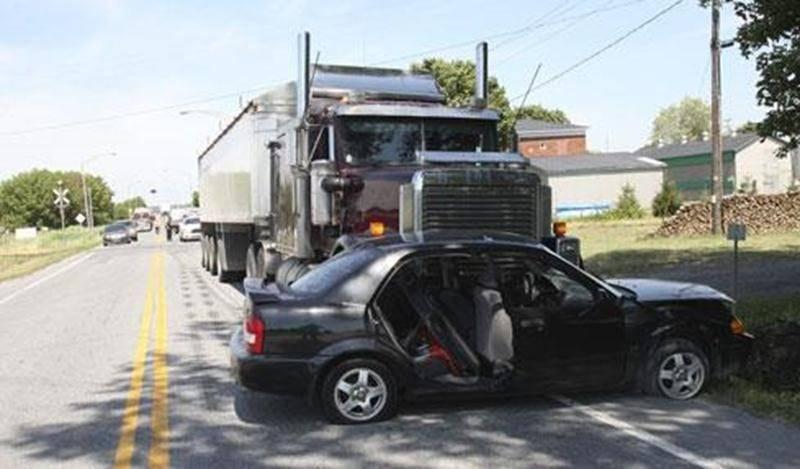 Une femme de 63 ans a été blessée, le 12 juillet, dans un accident survenu sur la route235, à Saint-Pie. L'automobiliste circulait en direction sud lorsqu'elle aurait ralenti à l'approche du rang Émileville afin d'effectuer un virage. Le camion semi-remorque qui la suivait n'aurait pas eu le temps de s'immobiliser et aurait percuté la voiture, côté conducteur. La sexagénaire a été transportée vers le centre hospitalier pour soigner ses blessures. On ne craint pas pour sa vie. Le camionneur, un