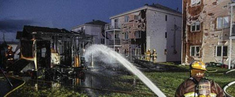 Quatre cabanons ont été la proie des flammes tôt dimanche matin sur la rue Jacques-Cartier à Saint-Pie. Le revêtement extérieur de certains triplex a aussi été touché.
