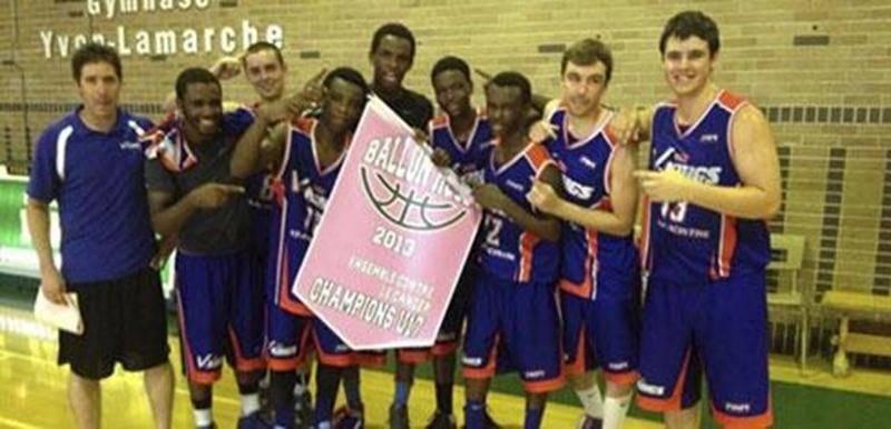 Les V-Kings U16 posent fièrement avec la bannière remportée au tournoi du Ballon-Rose de Trois-Rivières le week-end dernier.