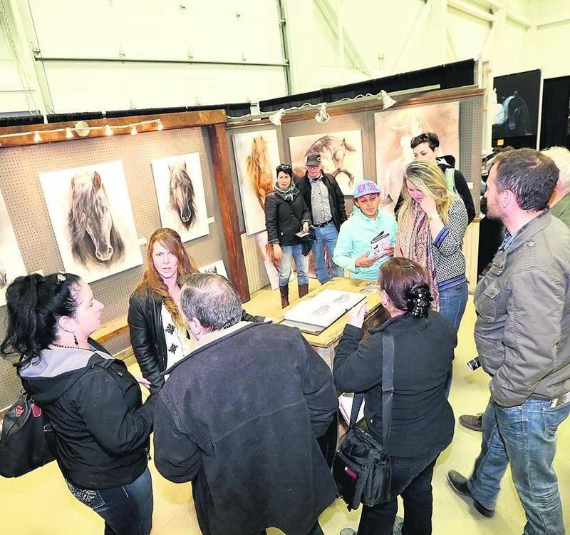 Environ 25 artistes et artisans complètement dédiés à l'art équin étaient présents dans le cadre du Salon du cheval. Photographie, montres, bijoux, vêtements, peinture, sculptures, sellerie sur mesure, etc.