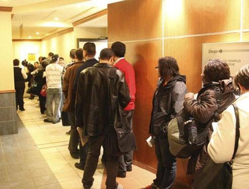 Quelque 250 personnes ont attendu en ligne pour aller rencontrer les employeurs présents au 1 er Rendez-vous de l'emploi en transformation alimentaire à Saint-Hyacinthe.