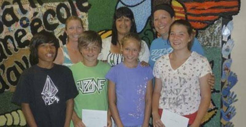 La 2 e visite de l'Escouade Santé dans les établissements scolaires est maintenant terminée. L'école Roméo-Forbes est la grande gagnante au Défi de l'empilage sportif; quatre élèves du troisième cycle ont réussi, avec un temps de 29,92 secondes, à empiler des gobelets pour réaliser la pyramide 3-3-3, et ce, couchés au sol sur le ventre. L'organisme Jeunes en santé a remis un certificat cadeau de 15 $ chez Broli, la source du Sport aux gagnants. Félicitations aux jeunes et à l'école Roméo-Forbes!