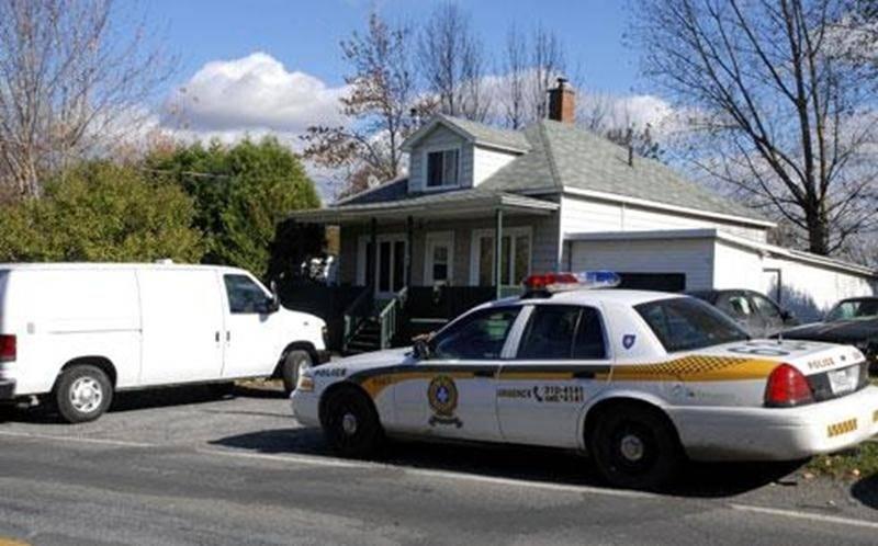 Les policiers ont fait irruption dans une résidence de la rue Frontenac à Saint-Hyacinthe vendredi matin pour y cueillir Larry Savard, supposément impliqué dans le décès d'un homme survenu dans le stationnement d'un motel de Jonquière.