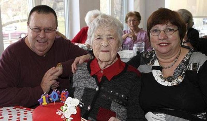 C'était jour de fête le 21 novembre à la Résidence Bourg-Joli de Saint-Hyacinthe où Mme Bernadette Chabot-Saint-Pierre a célébré son 106 e anniversaire de naissance entourée de son fils Bernard, d'amis et de quelques membres du personnel de la résidence. Dotée d'une santé de fer, Mme Chabot-Saint-Pierre est toujours dans une forme splendide!
